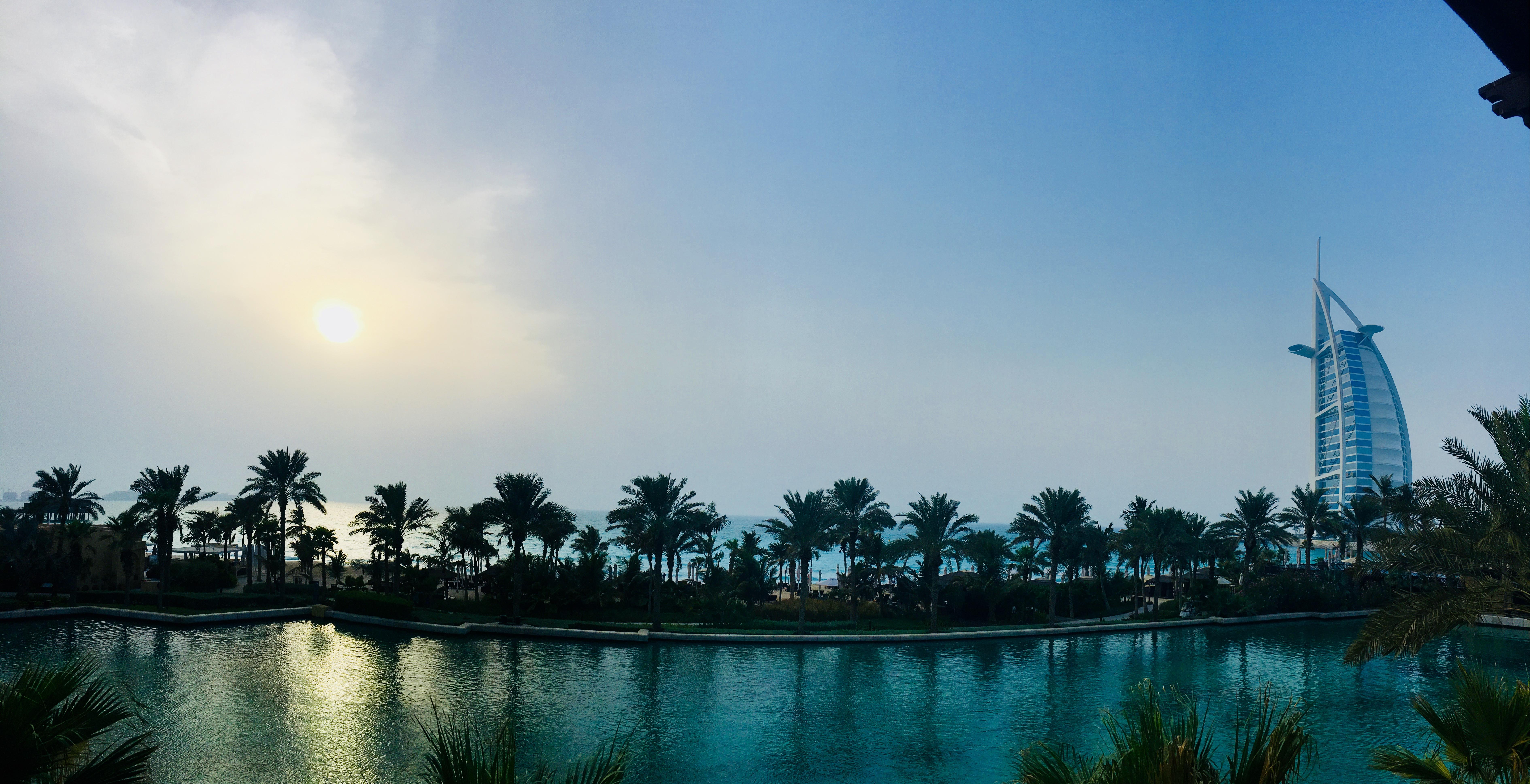 Vistas a la bahía y al Hotel Burj Al Arab desde la terraza de Bhari Bar
